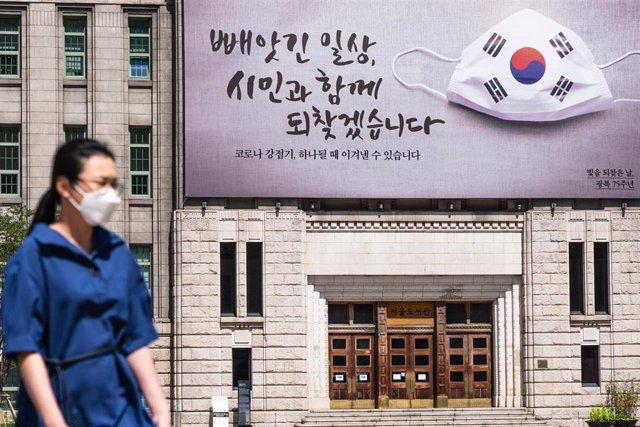 Archivo - Imagen de archivo de una mujer en Corea del Sur durante la pandemia.