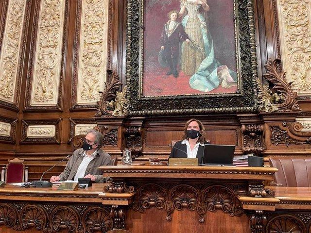 Archivo - El teniente de alcalde Joan Subirats y la alcaldesa de Barcelona, Ada Colau, en el pleno del mes de mayo de 2021.