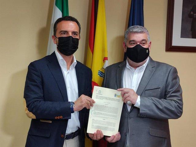 El delegado territorial de Regeneración, Justicia y Administración Local en Sevilla, Javier Millán, y el alcalde de Écija, David García Ostos