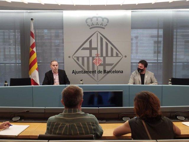 El concejal de Emergencia Climática y Transición Ecológica del Ayuntamiento de Barcelona, Eloi Badia, y el director de la Agència de Residus de Catalunya, Isaac Peraire, han hecho balance del puerta a puerta en Sant Andreu este miércoles.