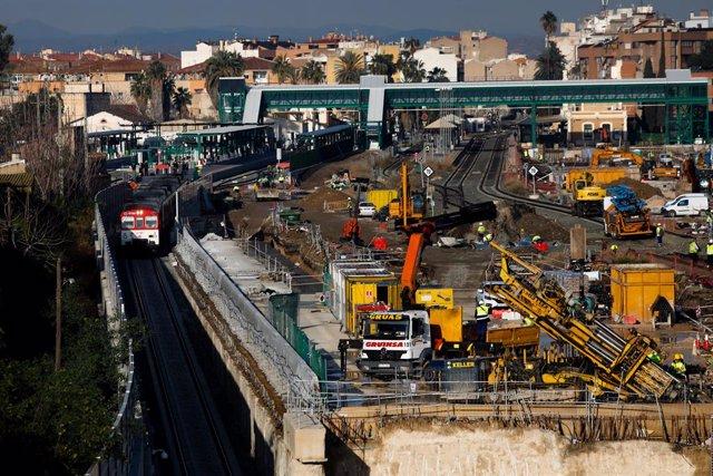 Archivo - Un tren circula por el túnel construido de acceso a la estación Murcia del Carmen, que forma parte del primer tramo del soterramiento de las vías del tren a su paso por la ciudad, en Murcia, (España), a 10 de marzo de 2021. El tramo,  inaugurado