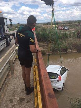 Momento del rescate del canal de Lodosa del vehículo del desaparecido en Lodosa