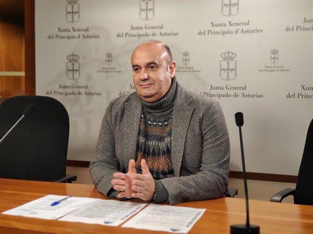 Archivo - Imagen de archivo del diputado Pedro Leal en rueda de prensa en la Junta General del Principado de Asturias