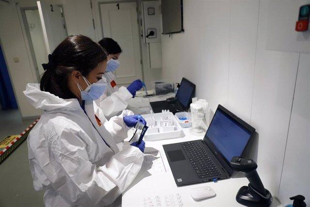 Archivo - Profesionales en el camión móvil que realizará cribados de COVID-19 en Andalucía