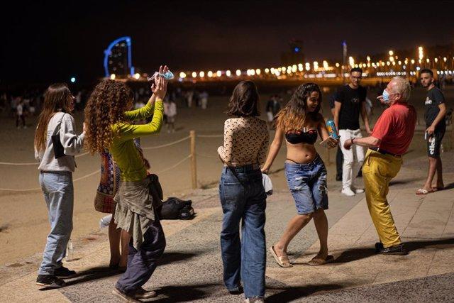 Arxiu - Un grup de noies i un senyor ballen a la platja