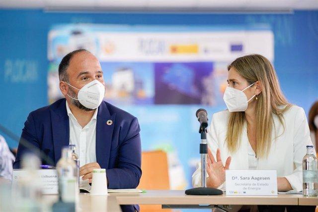 El consejero de Transición Ecológica, Lucha contra el Cambio Climático y Planificación Territorial del Gobierno de Canarias, José Antonio Valbuena, y la secretaria de Estado de Energía del Ministerio para la Transición Ecológica y el Reto Dem