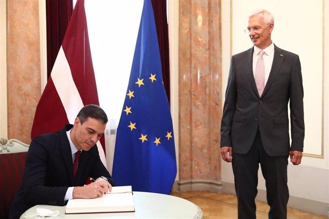 El presidente del Gobierno, Pedro Sánchez, y el primer ministro de Letonia, Arturs Krisjanis Karins