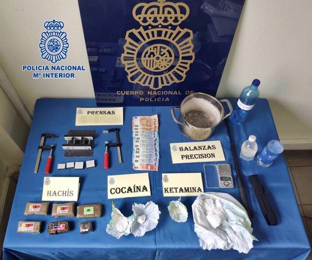 Incautación de droga, dinero y otros objetos a un detenido en Gijón, acusado de tener un laboratorio casero de ketamina en su piso