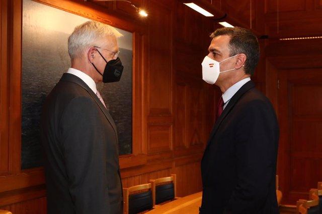El president del Govern espanyol, Pedro Sánchez, i el primer ministre de Letònia, Arturs Krisjanis Karins