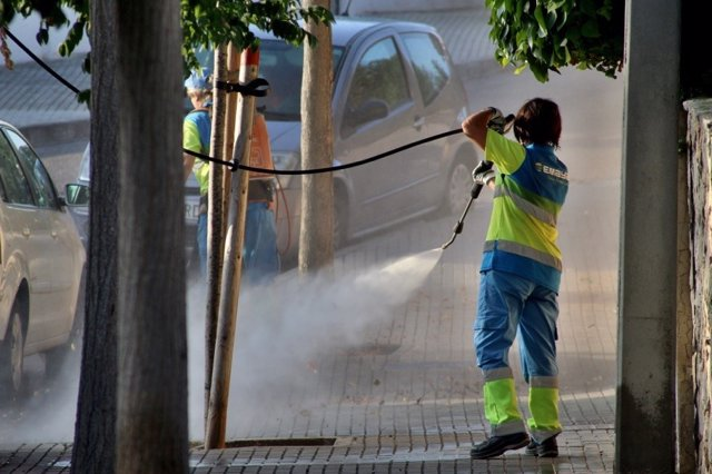 Archivo - Operarios de Emaya limpiando en una calle.