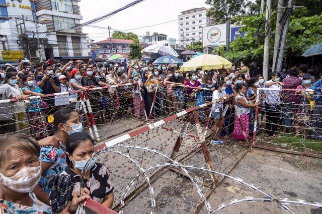 Familiares esperan la liberación de presos en una cárcel de Rangún, Birmania