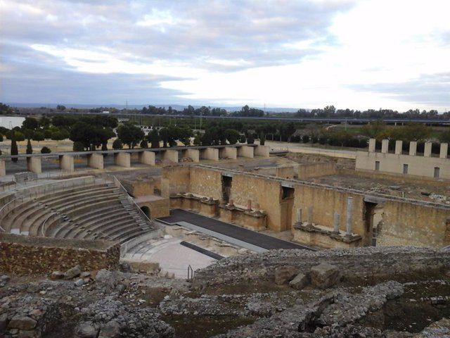 Archivo - Teatro romano de Itálica