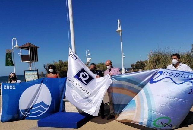 Izado de la bandera azul en Islantilla.