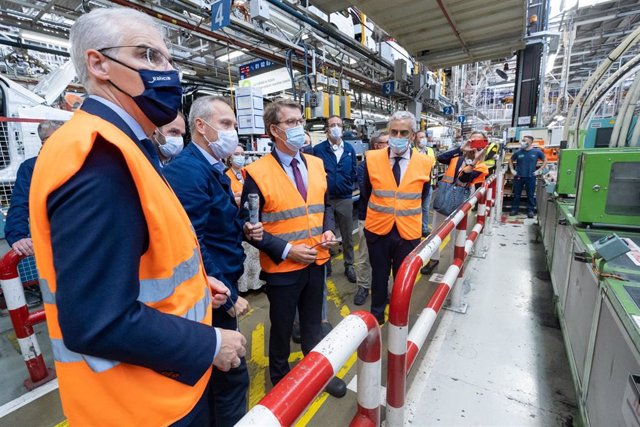 Alberto Núñez Feijóo, acompañado por Francisco Conde e Ignacio Bueno, visita la línea de producción de la versión eléctrica de vehículos comerciales ligeros producidos en la planta de Stellantis en Vigo