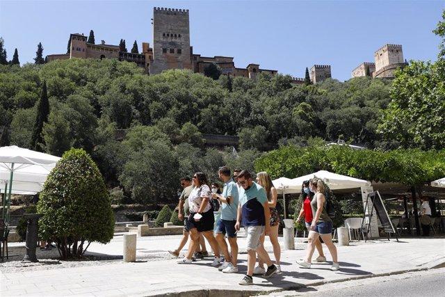 Turistas por las calles de Granada en una imagen de archivo.