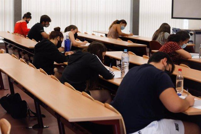 Un grupo de estudiantes durante la convocatoria extraordinaria de la Evaluación del Bachillerato para el Acceso a la Universidad (EBAU) en la Comunidad de Madrid.