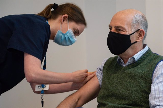 Archivo - 06 February 2021, United Kingdom, Moreton-In-Marsh: American-British Broadcaster and author Loyd Grossman receives an injection of the Oxford AstraZeneca Coronavirus (Covid-19) vaccine at North Cotswold Hospital. Photo: Jacob King/PA Wire/dpa