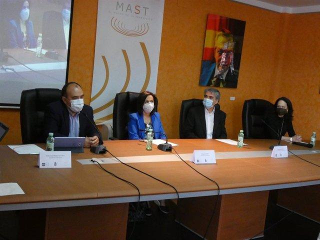 La ministra de Defensa, Margarita Robles, inaugura un curso de verano de la UNED.