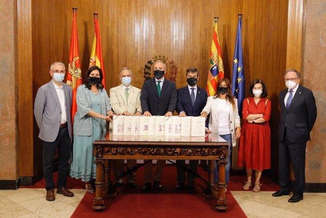 El alcalde de Zaragoza, Jorge Azcón, ha recibido la colección 'Técnica e Ingeniería en España' que ha donado el ingeniero industrial Manuel Silva al Ayuntamiento.