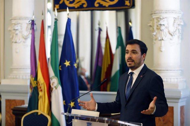 El ministro de Consumo, Alberto Garzón, se dirige al público asistente  después de  firmar  el convenio para la Junta Arbitral de Consumo con el consejero de Salud y Familias, Jesús Aguirre,  a 02 de julio 2021 en Málaga (Andalucía)