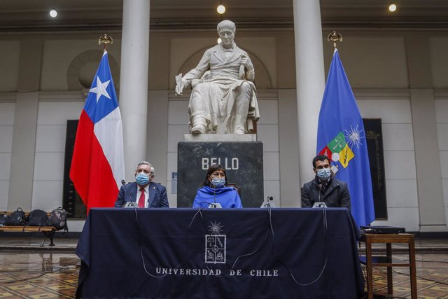 06 July 2021, Chile, Santiago: Elisa Loncon (C), an indigenous woman from the Mapuche people who was elected president of the Constituent Assembly, attends a press conference with Vice president of the Assembly Jaime Bassa (R) and rector of the University