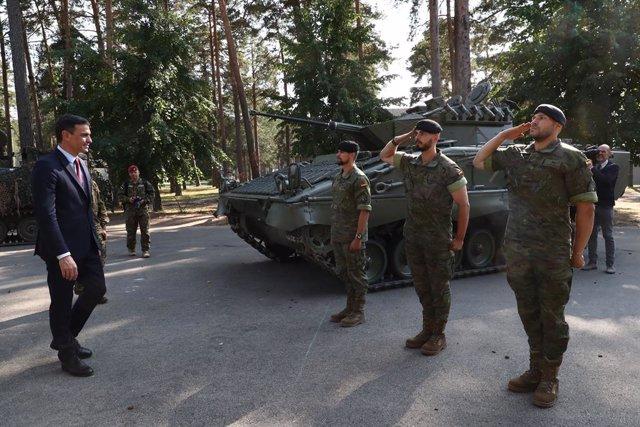 El presidente del Gobierno, Pedro Sánchez, ha visitado este miércoles en Letonia la base militar de Adazi.
