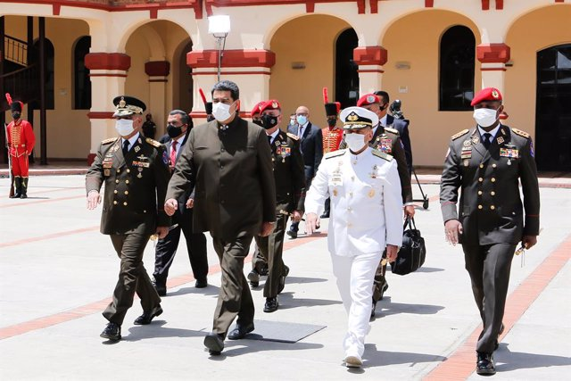 Archivo - HANDOUT - 02 July 2020, Venezuela, Caracas: Venezuelan President Nicolas Maduro (2nd L) and Venezuelan Minister of Defence Vladimir Padrino (L) take part in a promotion ceremony for members of the Armed Forces at the Military Historical Museum o