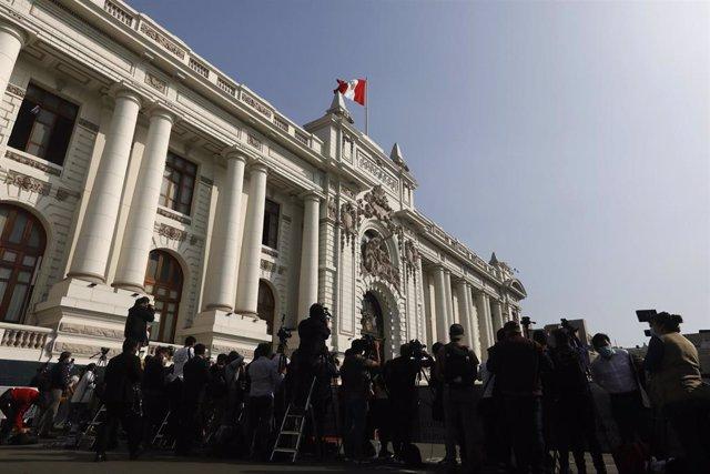 Periodistas cubriendo la llegada del presidente de Perú, Francisco Sagasti, en el Congreso del país