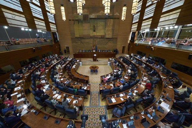 La presidenta en funciones de la Comunidad de Madrid, Isabel Díaz Ayuso, interviene en la segunda sesión del pleno de su investidura en la Asamblea de Madrid, a 18 de junio de 2021, en Madrid (España).