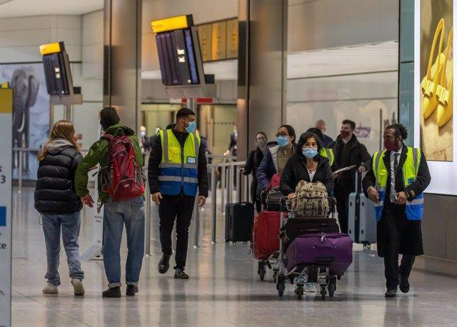 Pasajeros en el aeropuerto de Heathrow, en Londres