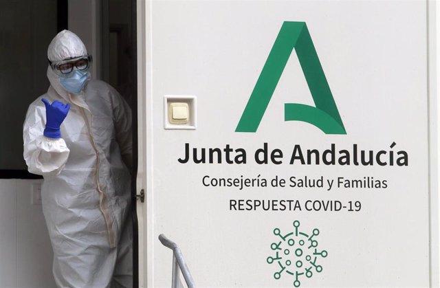 Archivo - Sanitarios de la Junta de Andalucía, preparados para  hacer los test rápidos de antígenos PCR, en un cribado masivo en la barriada malagueña de La Luz. Málaga a 04 de febrero del 2021
