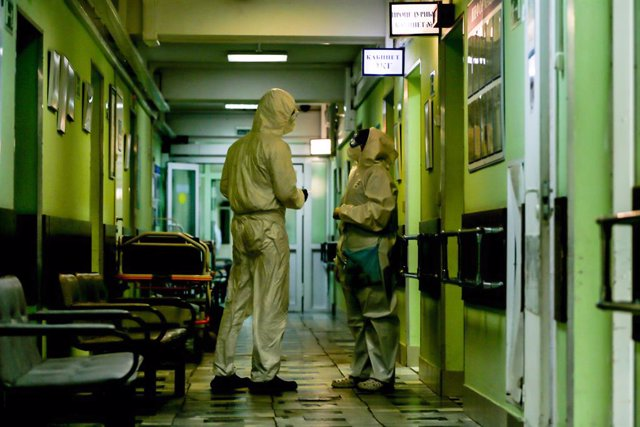 Archivo - Trabajadores sanitarios con trajes de protección en un hospital de Moscú