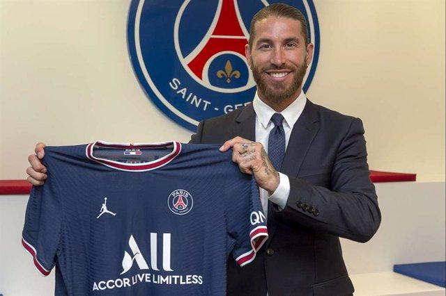 Sergio Ramos con la camiseta del PSG