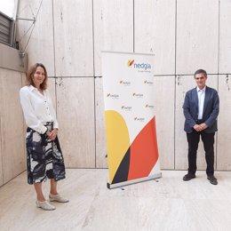 El director de Acuerdos Estratégicos de CaixaBank Payments & Consumer, Igor Sanchez, y la directora de Estrategia Comercial y Transformación de Nedgia, Elena Longarela, en el acto de la firma del convenio.