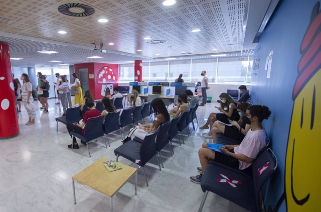Jóvenes esperan para recibir la vacuna contra el Covid-19 en el dispositivo puesto en marcha en el Hospital de La Paz, a 7 de julio de 2021, en Madrid, (España). Desde este miércoles 7 de julio, aquellos estudiantes madrileños que vayan a cursar un Erasmu
