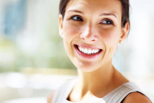Archivo - Una mujer sonriendo