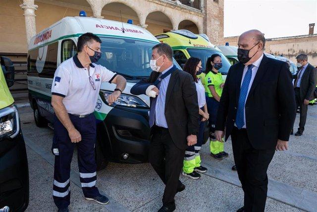 El presidente regional, Emiliano García-Page, presenta la nueva flota de ambulancias del Servicio de Salud de Castilla-La Mancha (SESCAM) del Grupo de Empresas San Román.
