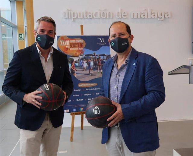 Juan Carlos Maldonado, vicepresidente primero de la Diputación, y Ricardo Bandrés, delegado de la Federación Andaluza de Baloncesto en Málaga.