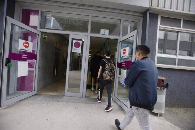 Archivo - Alumnos de un centro en Vitoria entran en las aulas tras la reapertura de las clases presenciales en el centro, en el que se imparte ESO, Bachillerato y FP