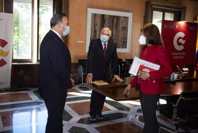 El embajador de Colombia, Luis Guillermo Plata Páez, durante su encuentro con la secretaria de Estado de Cooperación Internacional, Ángeles Moreno Bau, y con el director de la AECID, Magdy Martínez Solimán