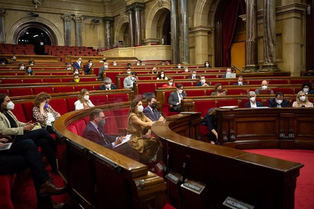 Archivo - Vista general del pleno del Parlament. Foto de archivo