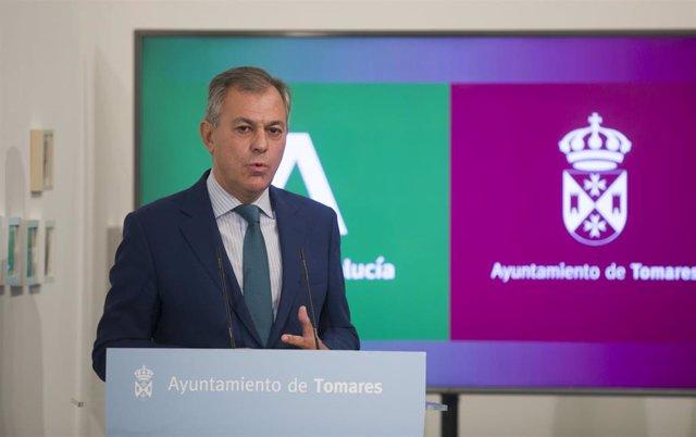 Archivo - El alcalde de Tomares, José Luis Sanz, en una imagen de archivo