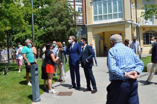 El expresidente Rodríguez Zapatero charla con vecinos de Arnedo, acompañado del alcalde, Javier García