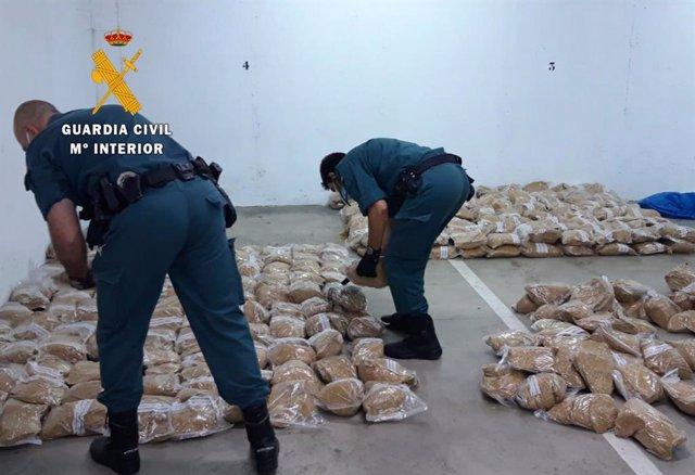 Guardias civiles con el tabaco intervenido en Caceres