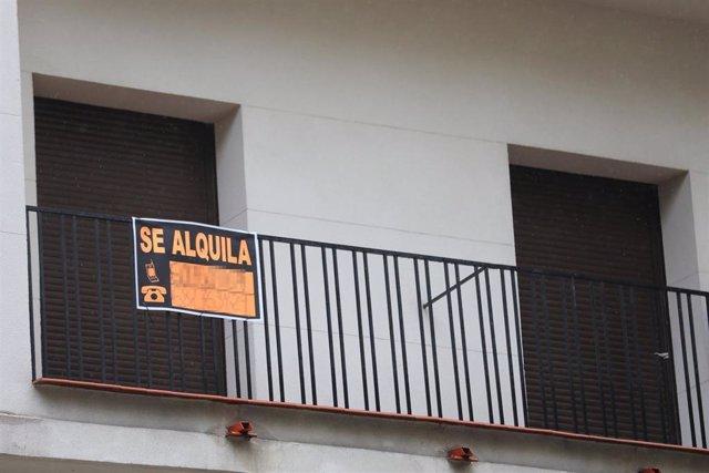 Archivo - Cartel en una terraza que anuncia el alquiler de una casa.