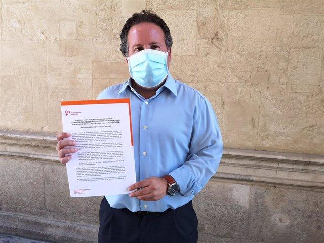 El concejal de Ciudadanos, Lorenzo López, en el Ayuntamiento de Sevilla con su propuesta de actualización de la web de la Policía Local