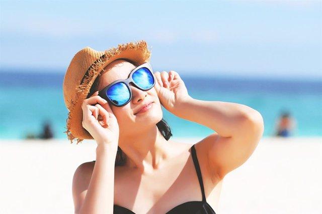 Archivo - Sol, playa, verano, gafas de sol, vitamina D, sombrero