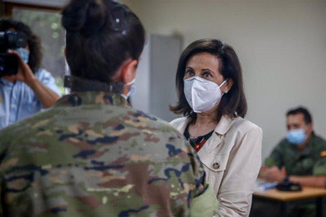 La ministra de Defensa, Margarita Robles, conversa con una militar