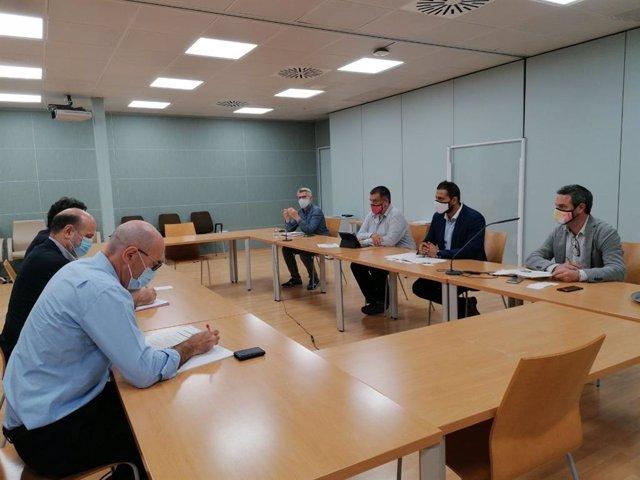 El secretario autonómico de Sectores Productivos y Memoria Democrática, Jesús Jurado, en una reunión con el director general de Cofides, Rodrigo Madrazo, y el director territorial de Comercio en Baleares, Jaime Lorenzo García-Ormaechea.