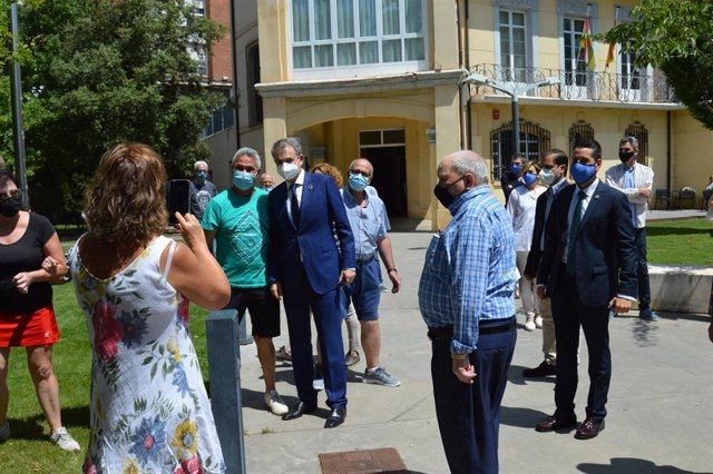 El expresidente José Luis Rodríguez Zapatero se fotografía con arnedanos en su visita a la localidad